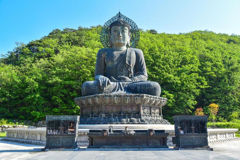 Grand Bronze Buddha Korea di Shinheungsa Temple