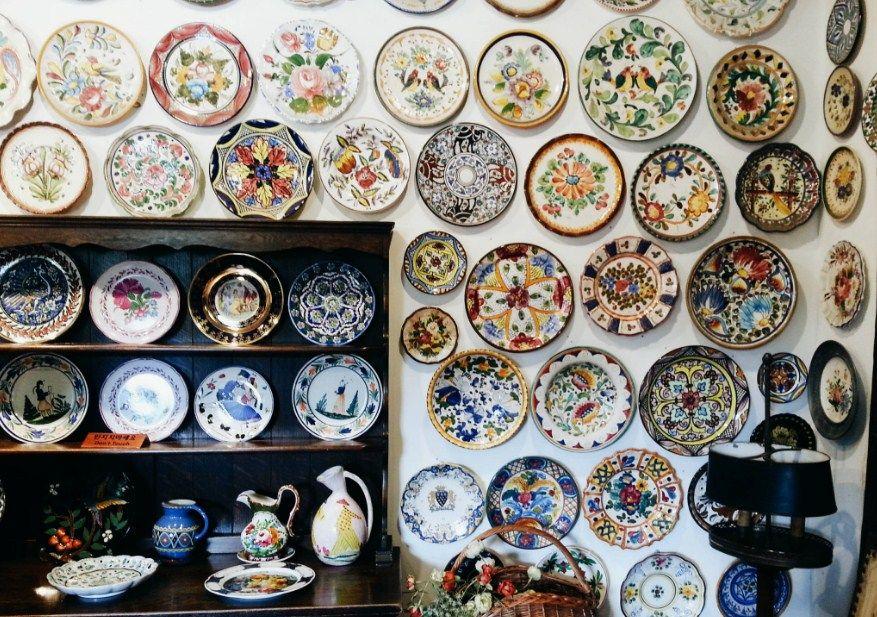 Pajangan Keramik di Petite France